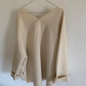 Oversized uld trøje, med slids i siden. Brugt få gange.   Handler kun over trendsales.  Køber betaler fragt.