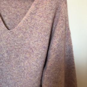 Sælger denne lilla/candyfloss farvede sweater fra H&M da den er for stor til mig og jeg derfor ikke får den brugt. Byd