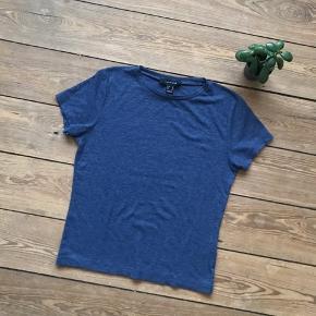 🙏🏼 ALT SKAL VÆK - SÆLGER BILLIGT 🙏🏼  👗 Super flot blå t-shirt i lækkert materiale  👠 Atmosphere  👚 Der står str. 40 i den, men den passer en 38 👑 De har kun været brugt én gang, så standen er meget tæt på ny   🔥Se også mine mange andre annoncer og følg mig gerne - der kommer løbende nyt🔥