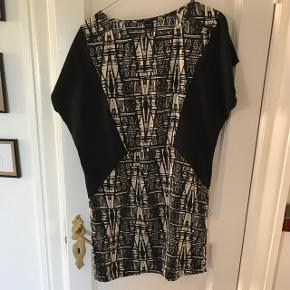 Sort og hvid kjole fra Môrk. Str. M. Sidder løst men samtidig får det en til at få en mindre talje pga mønsteret. Kun brugt 1 gang
