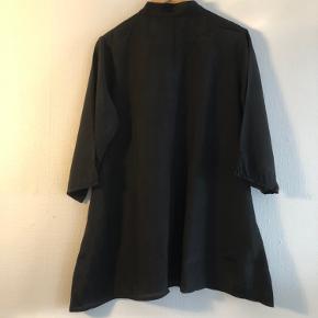 Skjorte med lommer.  Materiale: 100% polyester Mål: bryst: 50 cm., længde 74 cm.  Se også andre annoncer.