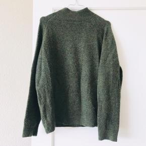 Lækker sweater fra Envii i flot mørkegrøn farve 🌳 brugt men super fin stand, udover en smule fnuller. Str. M. Strikken har turtleneck ✌🏼sidste billede er for at vise fittet.    Bemærk - afhentes ved Harald Jensens plads eller sendes med dao. Bytter ikke 🌸  ⭐️ Sweater strik uld uldsweater grøn mørkegrøn Envii trøje bluse turtleneck rullekrave turtle neck rulle krave