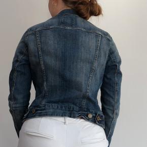 HM denim jakke som er perkeft til sommer. Er brugt et par gange
