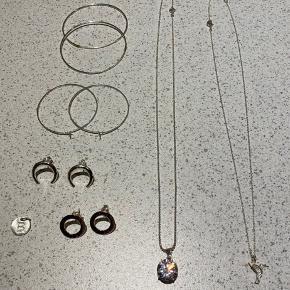 Ægte sølv smykker sælges. Netop renset.  Da jeg har arbejdet i smykkeforretning har jeg en overflod af smykker der bare ligger. Det hele er naturligvis ægte 925 Sterling silver hvilket jo er nikkelfri.  Kæderne er 45 cm, hvilket er standard mål. Kæderne eller vedhæng kan også købes seperat hvis du ønsker dette.  Bogstav vedhæng - 30 kr Halskæde med fugl - 100 kr Halskæde med bling 100 kr Halskæde med bue 80 kr Store hoops - 50 kr Mindre hoops 40 kr Runde stikkere 60 kr Buede stikkere 50 kr Mini hoops 30 kr  Rabat ved køb af flere ting. Skriv for mere info  Sender gerne.
