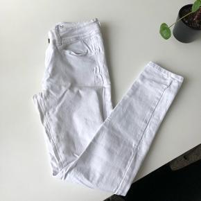 Hvide jeans fra Saint Tropez, str. 38. Normale i størrelsen. 2% elastan og 98% bomuld gør dem bløde, elastiske og behagelige at have på. Kun brugt én gang.  Jeg sender gerne - mp er 100 kr. inkl. porto :-)