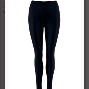 Aldrig brugt eller vasket Mærket er taget af men aldrig brugt da det  er forkert størrelse  Glossy leggings