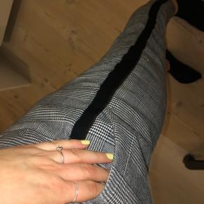 Ternet bukser fra only. De sidder godt og er behagelige at have på. De har sorte striber i siden som giver en fin detalje samt en sløjfe i fronten. Der er lommer i foran. BYD!