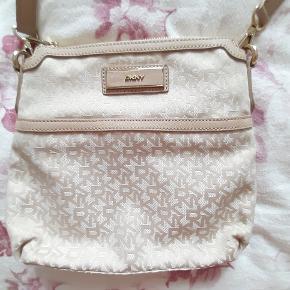 Lys beige DKNY taske  Mål: 28*25 cm