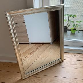 Firkantet spejl med gylden ramme i antikt look - fra IDEmøbler.
