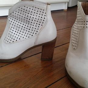 Varetype: støvletter Farve: Hvid Oprindelig købspris: 900 kr. Prisen angivet er inklusiv forsendelse.  skind støvletter, 7.5 cm høje, indvendig mål 24 cm