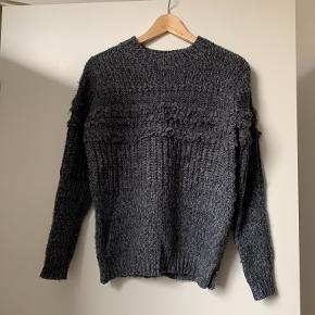 Behaglig sweater som ikke kradser. Lidt stor i størrelsen .