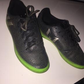 Fodbold sko, kan både bruges til spille fodbold og som hverdag :-) 150 kr ellers byd modtages gerne :-)