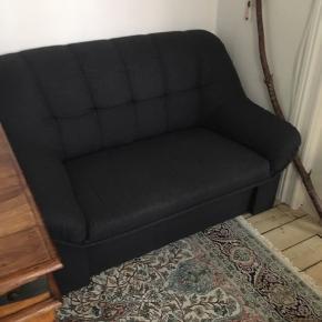 Lille fin mørkegrå sofa, sælges da vi ikke har plads til den i nye lejlighed