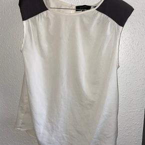 Bluse med skulderpuder
