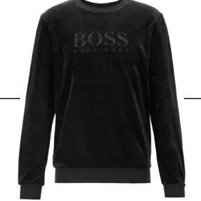 Flot Hugo Boss sweatshirt uden fejl og mangler. Den er vasket et par gange, men har ikke mistet farve selvom det kan se sådan ud på billedet pga lyset.