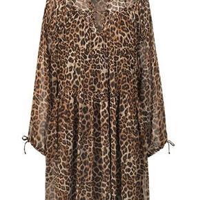 Lækreste Leo-kjole med et godt snit.  Str. 38, men rummelig i str.  Sælges uden underkjole.   Bytter ikke 😊