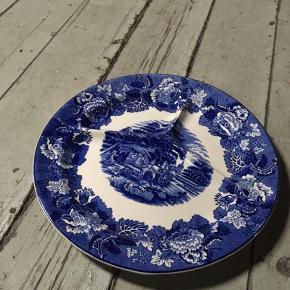 Smuk gammel tallerkner med blå blomster fra Wood and Sons England. - 26,5 cm i diameter