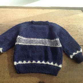 Varetype: Baby Størrelse: Alle Farve: Alle  Håndstrikket trøje med navn efter eget valg. Kan bestilles i ønsket farve og størrelse. Skal der være andet mønster, er det også en mulighed. Hue, futter og vanter kan også leveres sammen med.