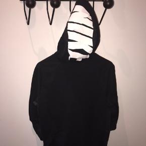 Sort Nike hoodie.  Str. S  BYD gerne