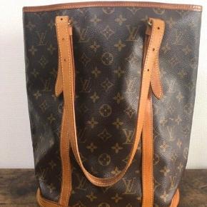 Louis Vuitton vintage bucket bag. Trænger til nyt foer indvendig!  Står i smuk stand udenpå, fejler ikke spor. Byd endelig.