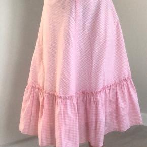 Hvid og lyserød ternet nederdel  Købt i genbrug og er gået lidt i stykker inden i, men det er ikke noget man kan se!  Velkommen til at byde