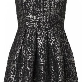 Den smukkeste kjole i brokade-lignende stof i sort og sølv. Style: Alaia.  Den sidder simpelthen så flot!