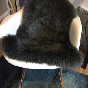 Eames ligende stol med tilkøbt lammeskind super fin stand bare stået på et værelse. Der er kommet et lille hak men ikke af betydning.
