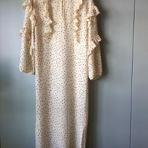 Fineste prikkede kjole fra Baum lige op og ned i snittet mangler tags med str og komposition. Men jeg vurderer den til at være en str 38 og kvaliteten til at være viscose. nypris ca 1800. brystmål 54  længde 124   VENLIGST LÆS DETTE INDEN DU KONTAKTER MIG  jeg tager ikke billeder med tøjet på   ALLE varer sendes med dao for købers regning.   BEMÆRK ingen bytte eller retur - jeg tilbyder ikke afhentning eller at mødes. Venligst respekter dette - jeg gør ikke nogen undtagelser.