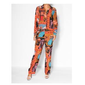 100 % silke   pris mærke haves   små fejl   Passer både en SX-S  Sælger bukserne på første billede - der er samme model som bukserne på det andet billede <3   Model: stine goya vinnie still life silk