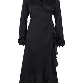 Sort kjole fra neo noir i str. S, brugt en gang og fejler intet. Nypris 700kr - sender kun på købers regning og bytter ikke 😊