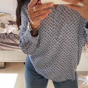 Sælger denne fine blå skjorte i det lækreste stoft, da den er for stor til mig.   📸Spørg for endelig for flere billeder 💰Bud modtages  📦Sendes med Dao 🚫Fra ikke-ryger-hjem  👚Str. Xs-M
