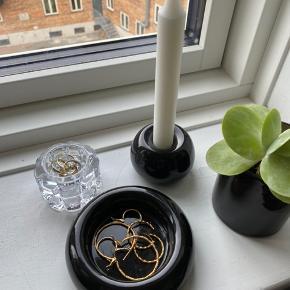Fineste sorte stage til bloklys - kan også bruges til opbevaring af smykker **Bemærk det er stagen på billede 2 og 3 der sælges i denne annonce