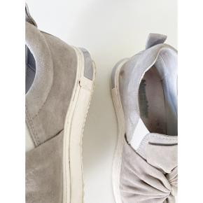 Skønne sneakers fra Blue on Blue. Str. 37. Flot grålig / grålilla farve. Skind og ruskind. God men brugt. Meget få mærker indvendigt på skind, ellers primært få mærker på bunden. Ses dog slet ikke i brug. Nypris 1199,-