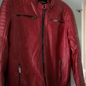 Helt ny og ubrugt PU leather jacket i flot rød nuance. Let foret og med flotte detaljer. Sælges da den ikke bliver brugt og er en anelse for stor. Mobilpay foretrækkes og køber betaler for porto