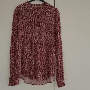 Pæ skjorte bluse med knapper fortil og i ærmet. Buer ned bagtil. Normal i str.