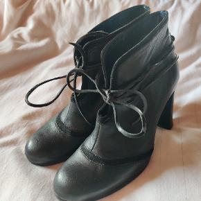 Bruuns Bazaar Heels