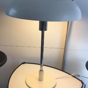 1 stk. Jørgen Møller bordlampe for Royal Copenhagen. Bordlampe er lavet af forkromet metal, skærm og fod af hvidlakeret metal. H. 58 cm. lampen virker perfekt, inkl. el-pære. Fremstår med lidt brugsspor. se billeder * bakkebord & barstole sælges i anden annonce*  Bud fra 1250 kr ( sendes ikke, kan hentes på Djursland, tæt på Tirstrup/Ebeltoft/ sælges for familie)  *Handel kan foregå kontant, via TS, bankkonto & Mobilepay*