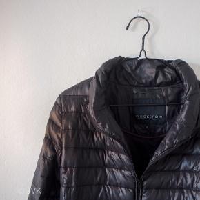 Tynd dunjakke, som er perfekt i foråret og efteråret.  Den er også er super god til at have indenunder andre jakker for at holde sig ekstra varm i de kolde vintermåneder.