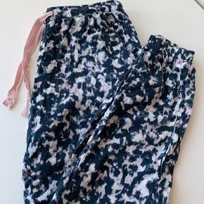 Lækre Calvin Klein pyjamas bukser i 100% blødt viskose.  Kun brugt få gange