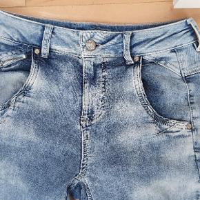 Skønne jeans med meget stræk. De sidder tæt. Brugt få gange. Det er en str 26. Det skulle svare til en 36.