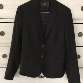 Lækker og klassisk sort blazer fra Filippa K. Fin stand! 98% uld og 2% elastan. Venligst se mine andre annoncer!