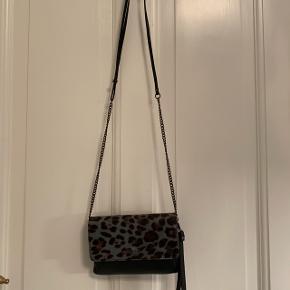 Lækker taske fra Adax med flot pels  Nypris: 1000kr  Brugt 2-3 gange og har ingen slidstegn    Pris: 499 kr - ellers er bud velkomne