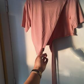 Brugt 2 gange, slå om til siden croptop tshirt. Lidt krøllet, da den bare ligger i skabet. Som ny. Fra mærket Lollypop. Nypris 250 kr. Husk at åbne det store billede helt ✨