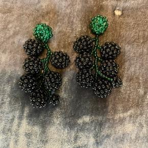 Perleøreringe med brombær 🍂 Ørestikker med mørkegrøn stilk og sorte bær. 5 cm fra top til bund og 7 saftige bær på hver ørering.   Unika og håndsyede ✨