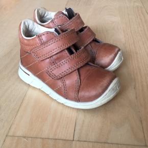Virkelig gode Ecco sko i en flot brun kernelæder farve med velcro-lukning. Rigtig god stand, men trænger til en lille vask.  Se også andre sko på min profil :-)
