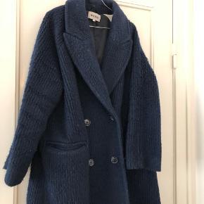 Flot og varm navy blå frakke fra Weekday. (Chenda Coat) 55% uld. Nypris 1100 kr. Bemærk venligst frakkens stand, den er slidt hvilket kan ses på billederne.