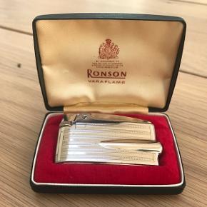 Flot retro gammel Ronson lighter. Med belægning af guld. Stenen virker ikke og skal skiftes. Kom med et seriøst bud