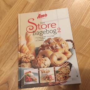 Den Store Bagebog 2 Amo  Med sine i alt 100 sider er Amos anden bagebog spækket med de lækreste opskrifter på brød, kager og boller. Desuden indeholder bogen masser af tips og tricks til det lille hjemmebageri.