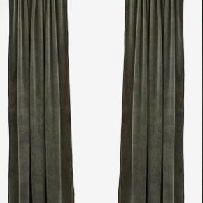 Flotte kaki grønne gardiner. Måler 140 x 300 cm. De er kun pakket ud. De er i velour og ser elegante ud. Lukker næsten alt lys ude. Kan afhentes på Amager.
