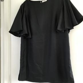 Smuk sort bluse med sommerfugleærmer, slids i ryggen og  små slidser i siderne. Style: Day walking
